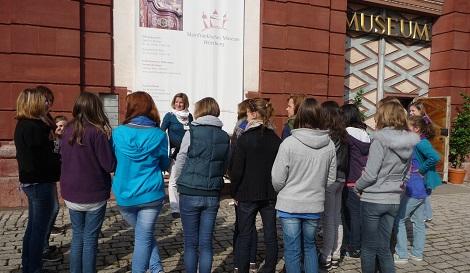 Gruppe vor dem Mainfränkischen Museum