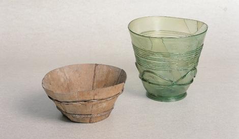 Glas- und Holzdaubenbecher
